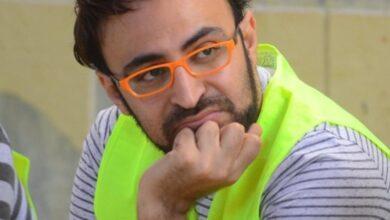 صورة المذيع احمد يونس يودع والدته حتى مأواها الأخير
