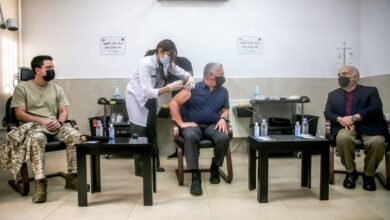 صورة ملك الأردن يتلقى لقاح فيروس كورونا ويحث مواطنيه على أخذ اللقاح